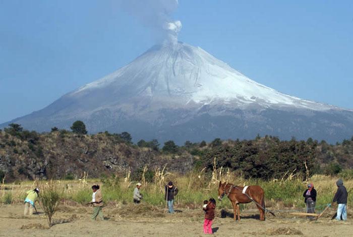 Popocatapetl lets off steam. Credit: Victor Hugo Rojas (Universal)