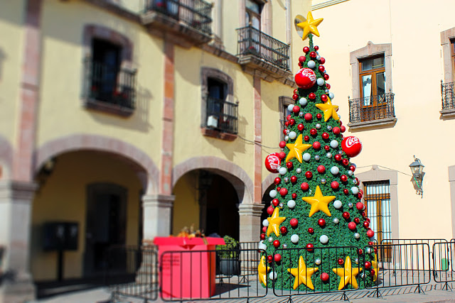 Artificial Christmas Tree with Coca-Cola decorations in Querétaro.