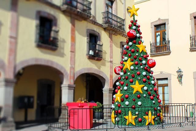 Artificial Christmas Tree with Coca-Cola decorations in Querétaro.