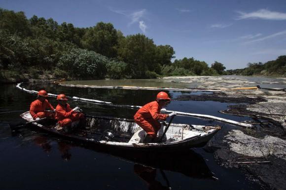 nuevo-leon-oil-spill-Hector Guerrero
